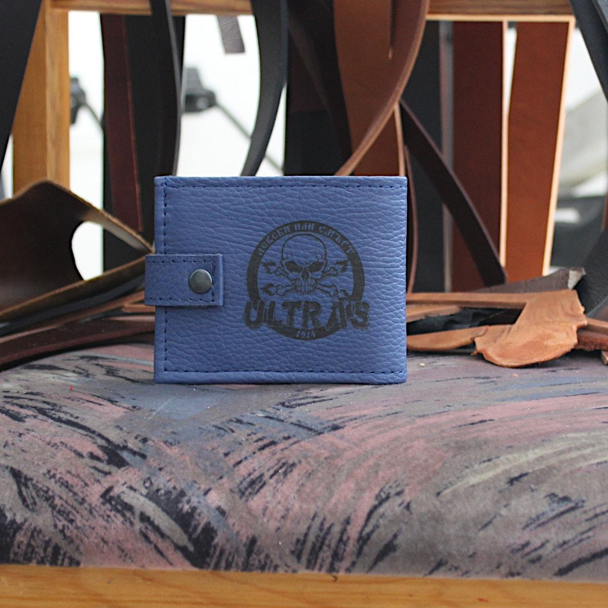 ръчно изработен син портфейл с логото на Левски отзад