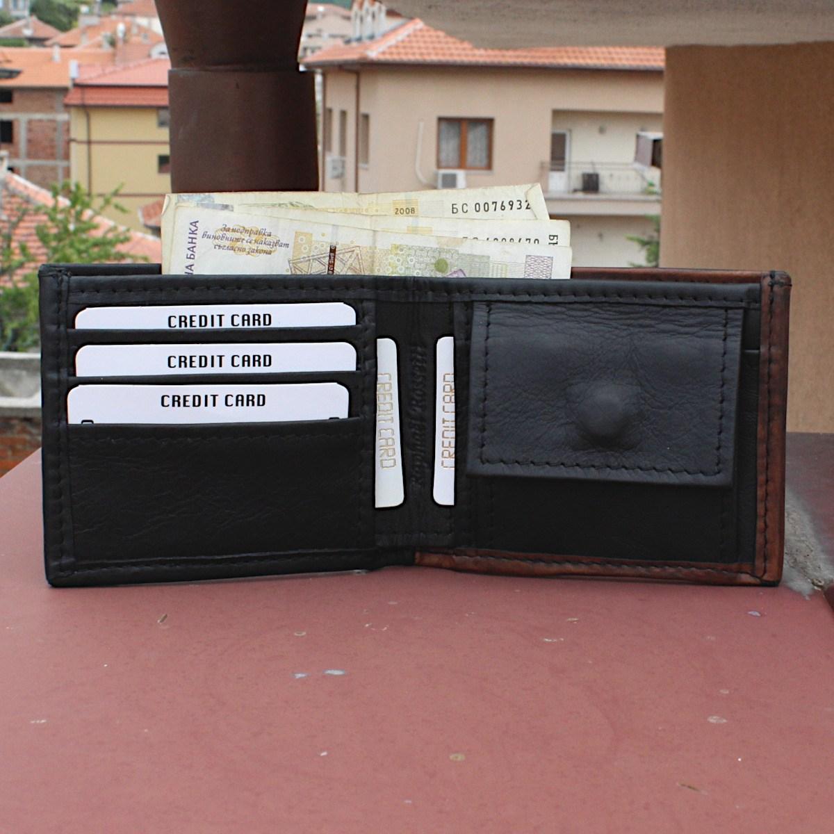 мъжки кожен портфейл в черно и кафяво - карти