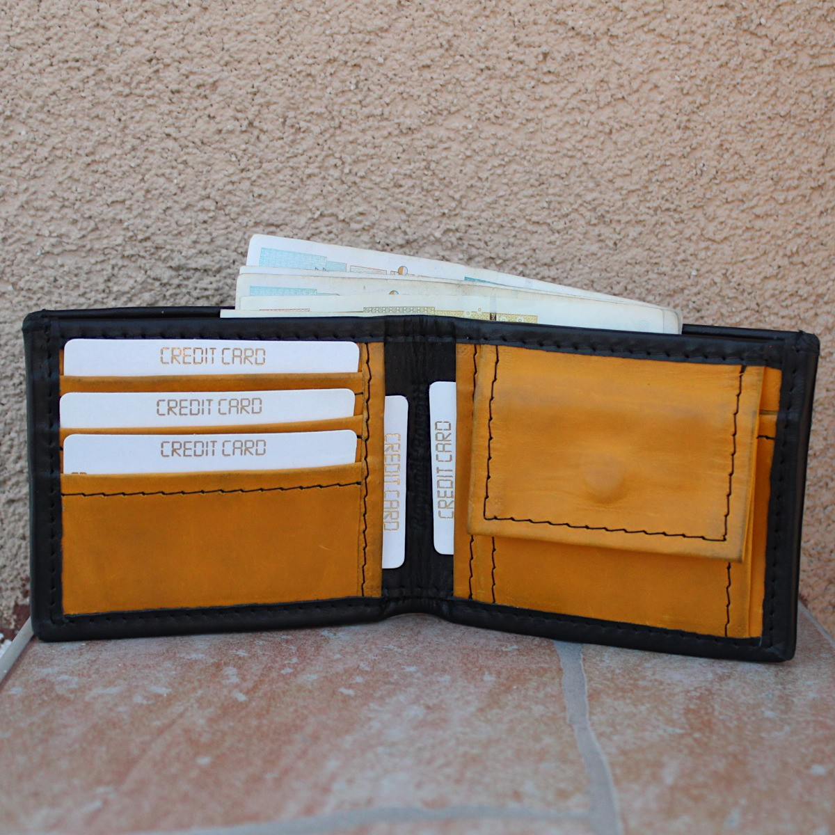 мъжки кожен портфейл в черно и жълто - централно отделение